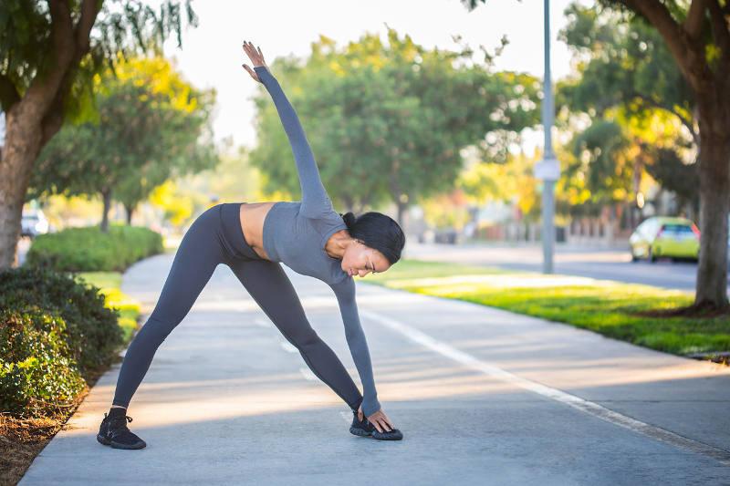 Donna che fa fitness